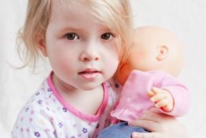 Игрушки Монтессори: девочка качает куклу