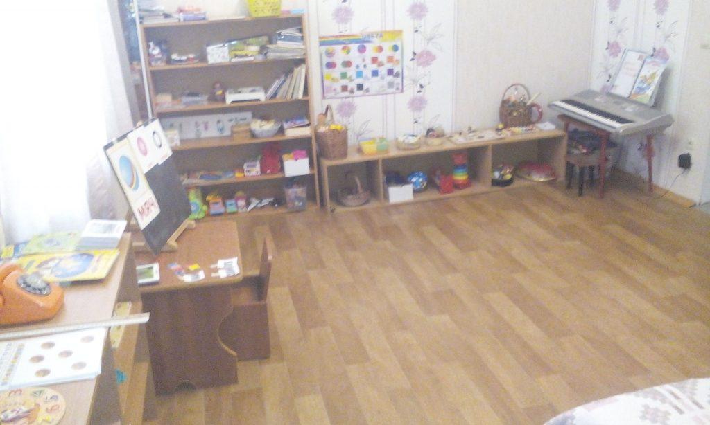 Низкие полочки, стол и стул по росту ребенка – домашняя Монтессори-среда