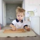 Мальчик занимается с Монтессори-материалом в Монтессори-классе