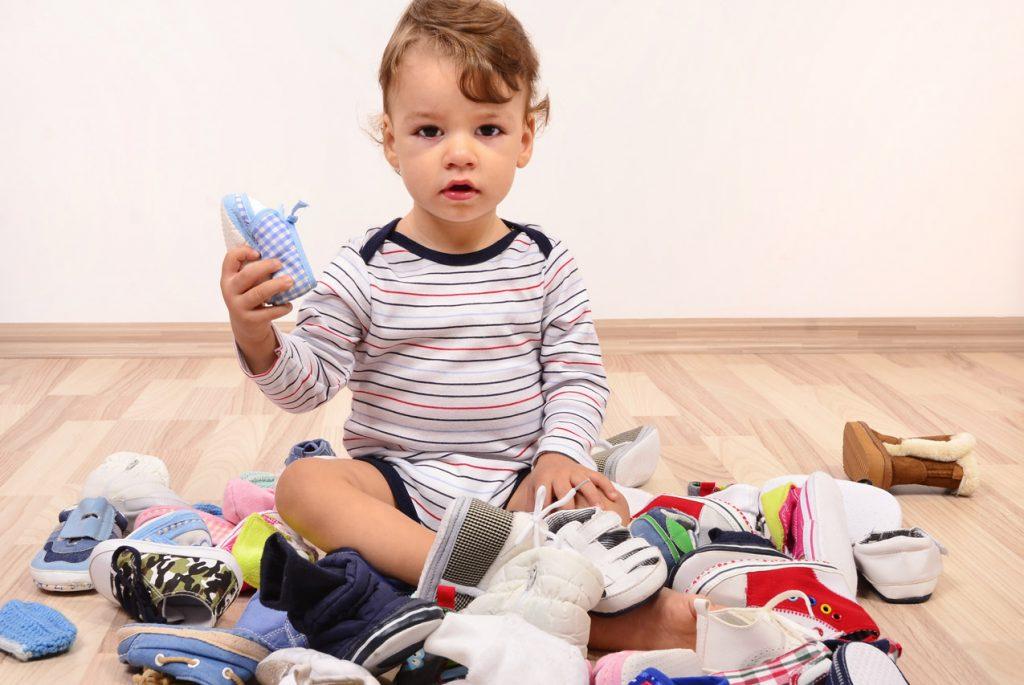 Зачем малыш раскидывает вещи?