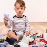 Зачем малыш раскидывает вещи