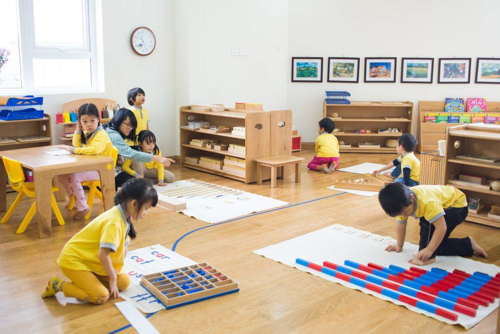 Дети занимаются с Монтессори-материалами в классе