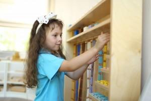 Монтессори-класс: девочка заниамется с Монтессори-материалами