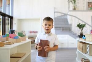 Монтессори-класс: мальчик берёт Монтессори-материал