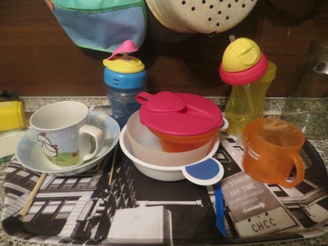 Монтессори-пространство: детская посуда на подносе