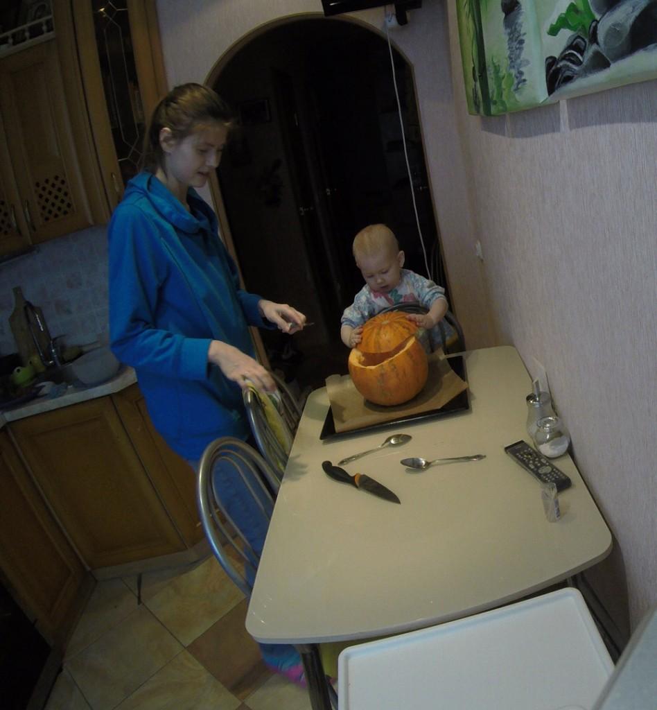 дети готовят с мамой тыквенный крем-суп