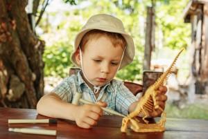 Юный исследователь изучает динозавра