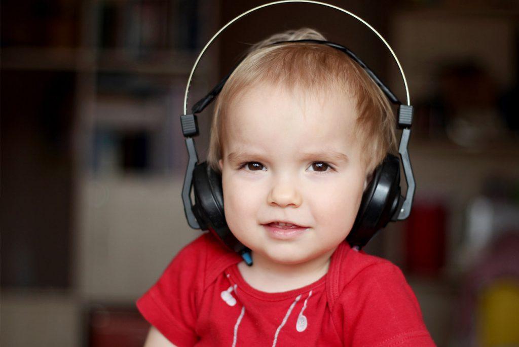 Малыш слушает музыку в наушниках