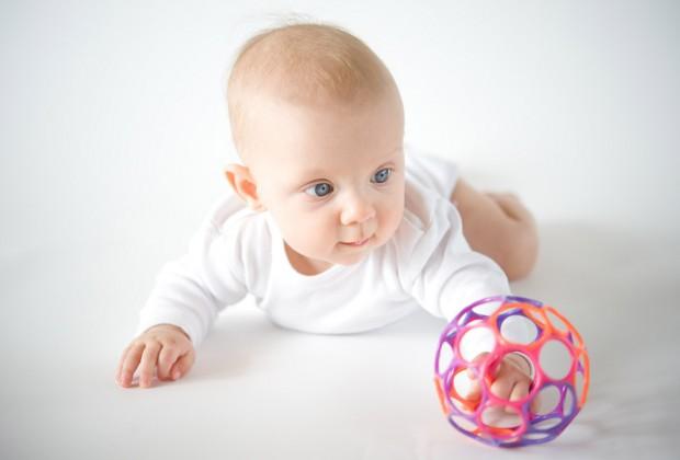 Младенец 7 месяцев с мячом
