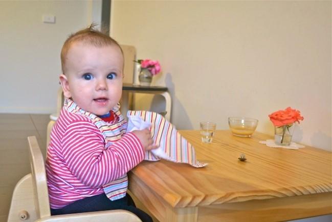 Малышу 7 месяцев уже пора иметь свой стол, за которым он мог бы есть