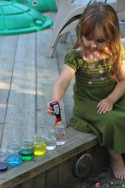Девочка красит воду пищевыми красителями