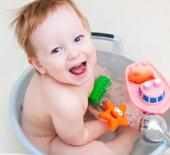 Ребёнок играет в воде