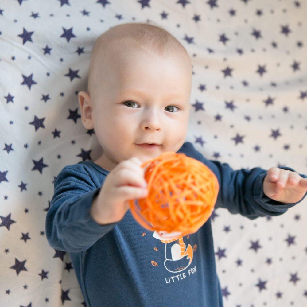 Малыш с мячиком