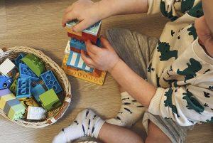 ребёнок играет с конструктором