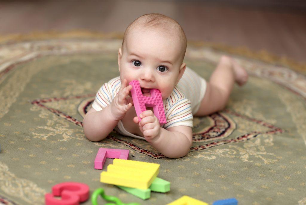 Малыш кусает игрушку