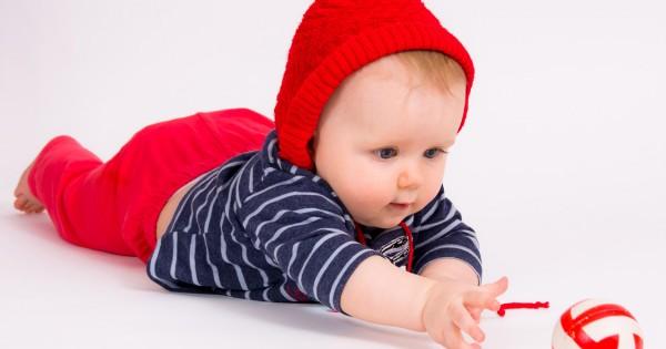 Малыш ползёт за мячом
