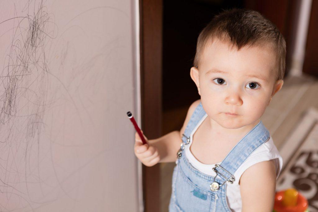 Почему дети рисуют на стенах