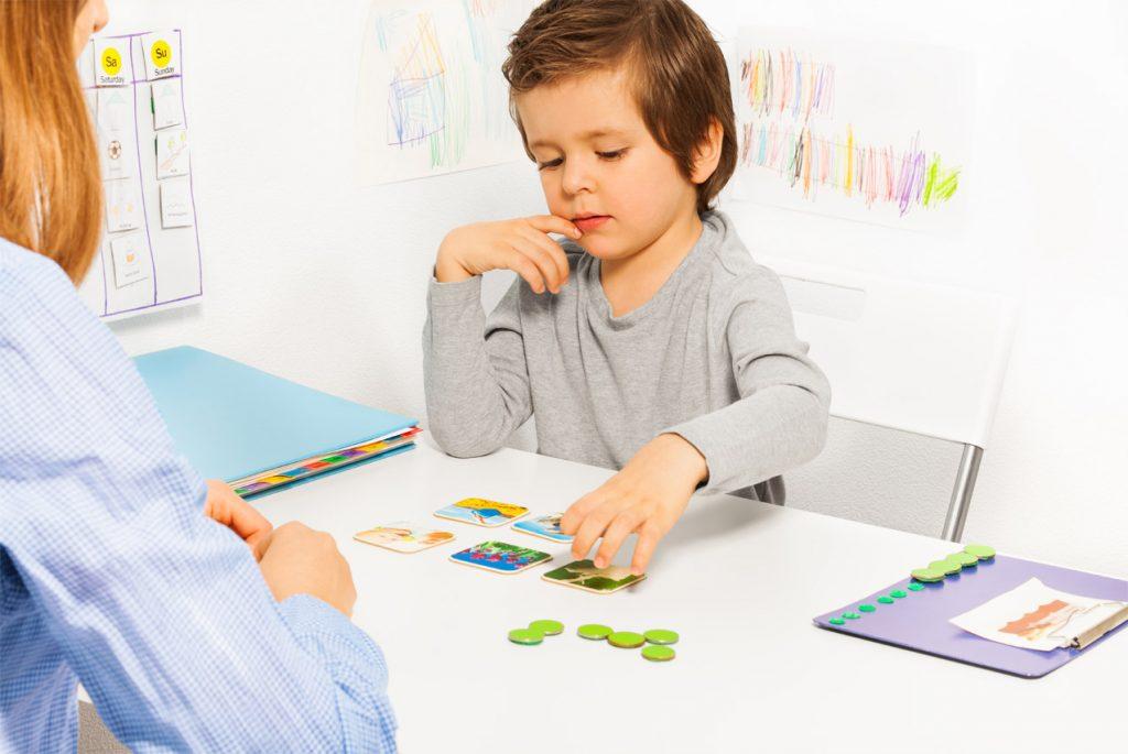 Мальчик раскладывает карточки
