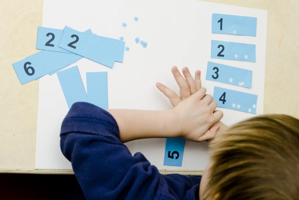 Мальчик учит математику