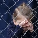Ребенок за металлическим забором