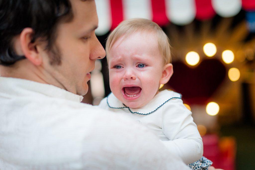 Папа с плачущим ребёнком