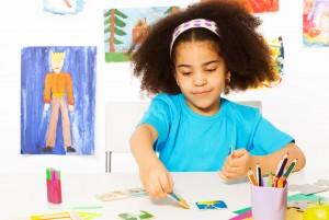Девочка раскладывает карточки
