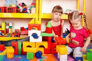 Девочки играют с конструктором