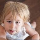 Маленькая светловолосая девочка