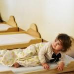 Низкие кроватки в Монтессори-среде: почему дети спят на полу