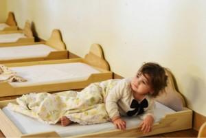 Низкая кроватка Монтессори в Монтессори-саду