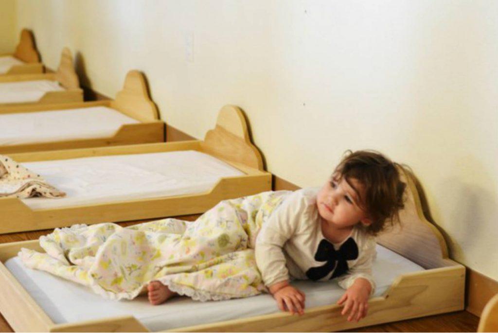 Низкие кроватки в Монтессори-среде: почему дети спят на полу?