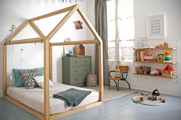 Низкая кроватка в виде домика в Монтессори-комнате