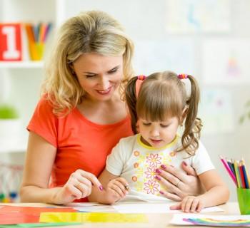 Мама и дочка рисуют