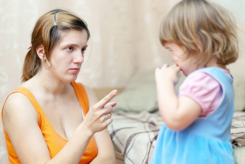Мама отчитывает дочку