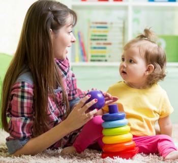 Мама играет с дочкой