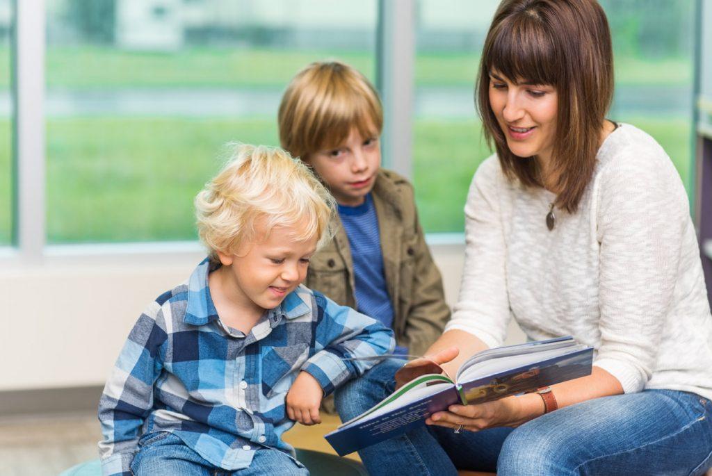 дети проявляют интерес к книгам