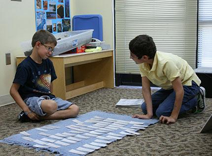 Дети занимаются в Монтессори-классе