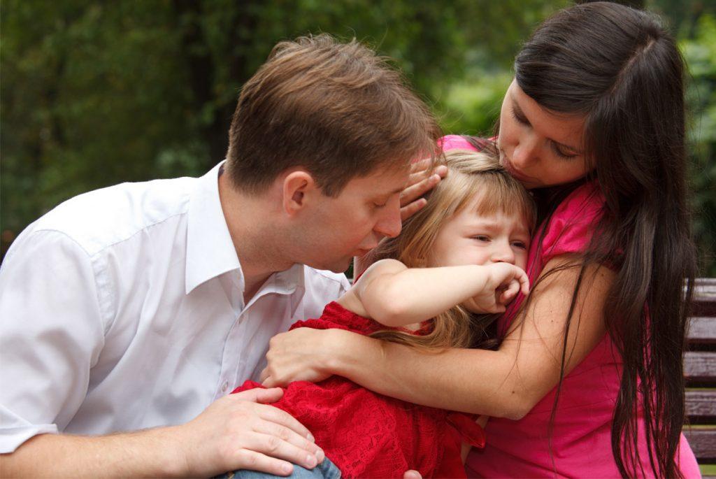 Родители с испуганной дочкой