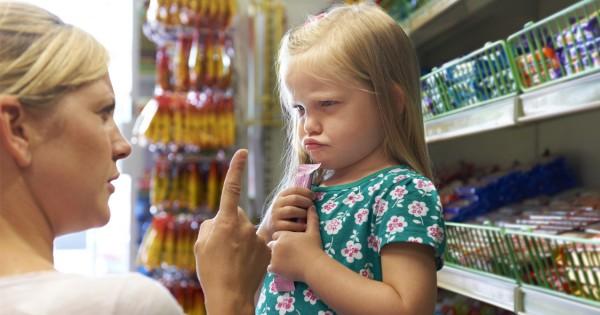 Девочка капризничает в магазине