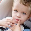 Мальчик сосёт палец