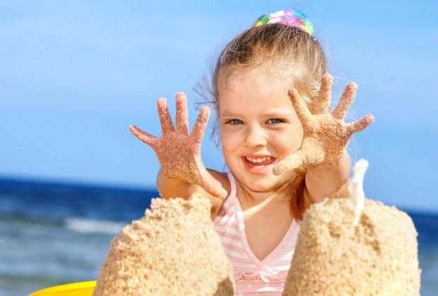 Девочка играет с песком