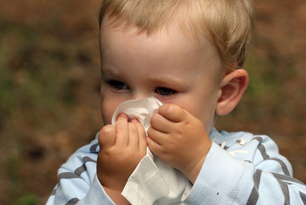 Как научить ребёнка сморкаться?