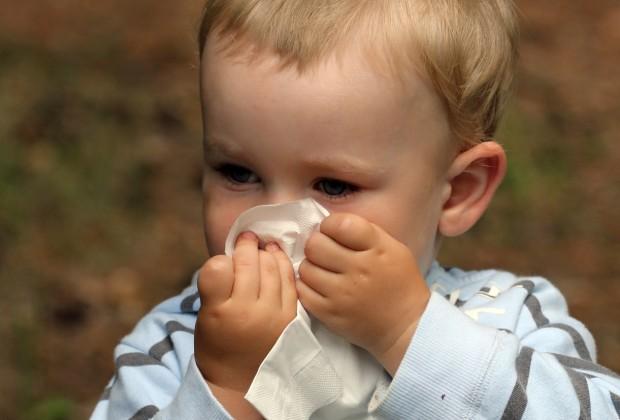 как научить ребёнка сморкаться