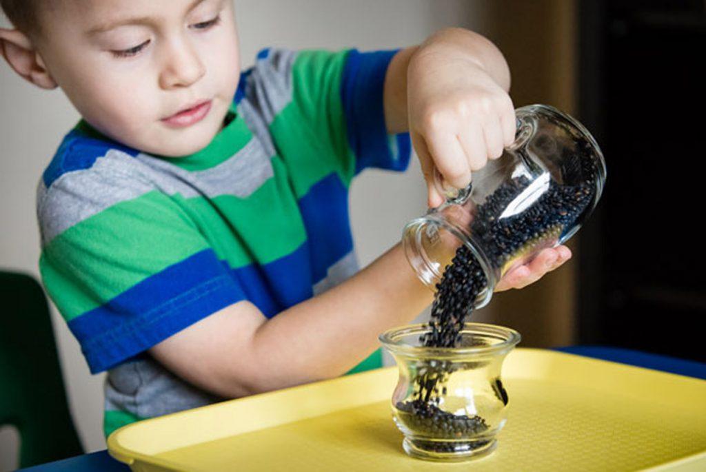 Нужно ли детям до трёх лет играть с крупами