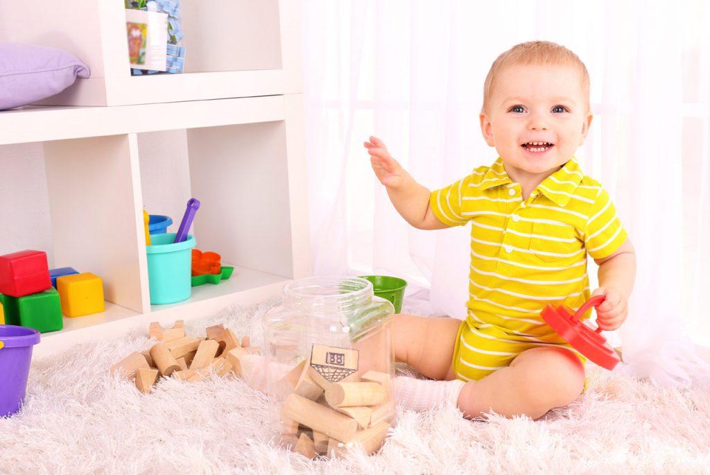 Когда менять игрушки и материалы на детской полке