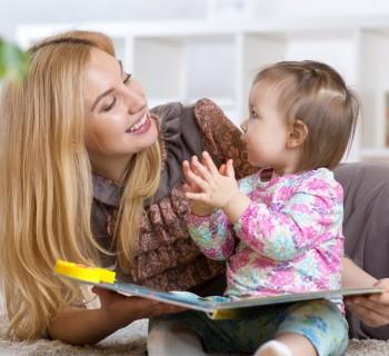 Мама с ребенком читают стихи