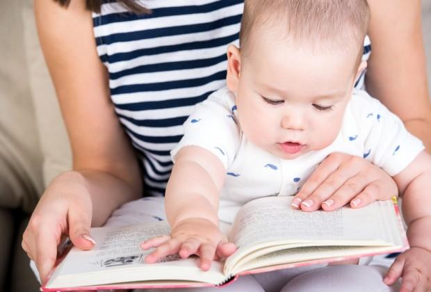 Мама читает малышу сказки