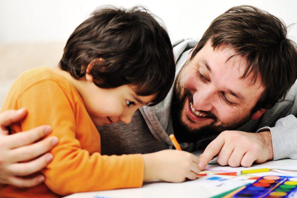 Отец и сын рисуют