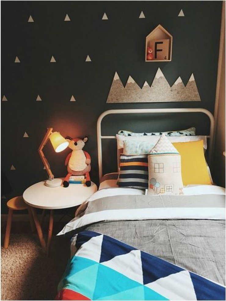 детская комната с темными стенами
