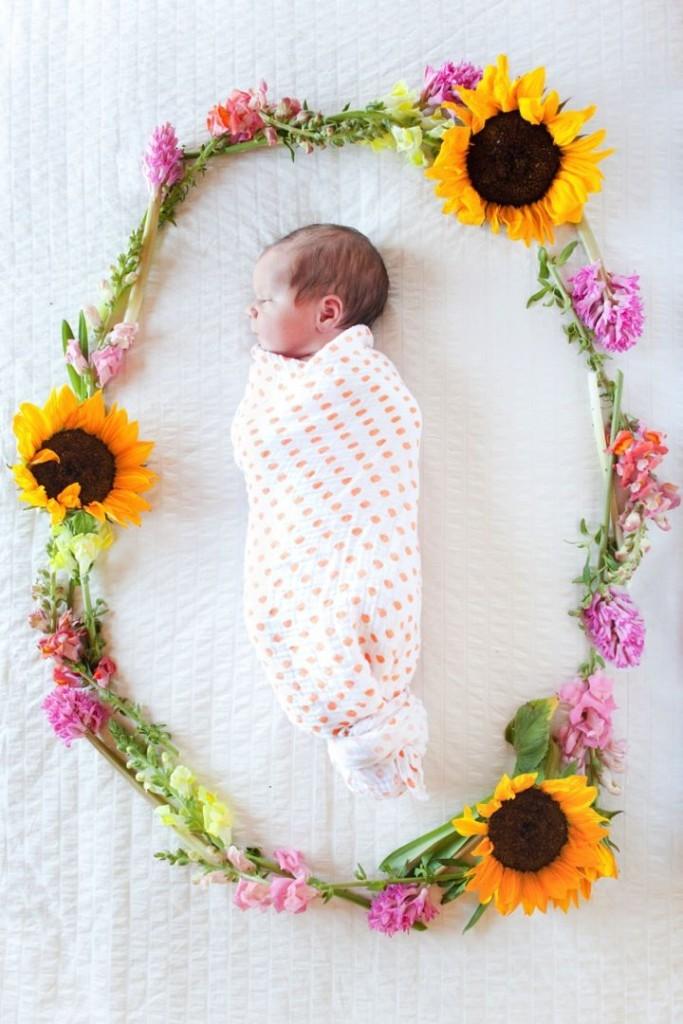 новорождённый в цветах